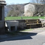 banc et abreuvoir récemment installés près de l'abri scolaire à Lasbros